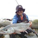 波打ち際で対抗するモンスターを逃がさない!BRIST VENDAVAL 10.1Mで赤塚ケンイチが鮭釣り!